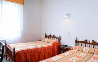 habitación dos camas en Pobra de Trives